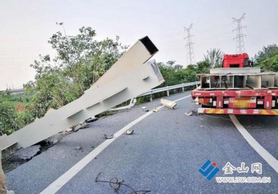 货车在镇江高速匝道拐弯 甩出车载钢梁