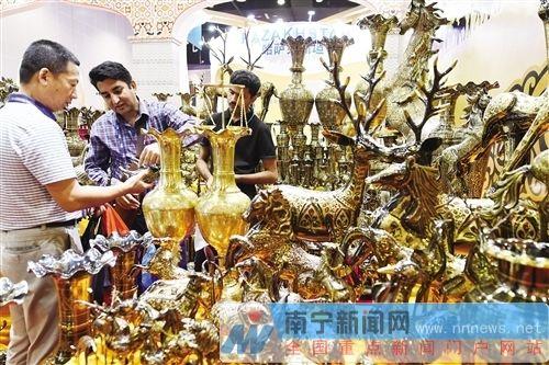 【两会】特色商品汇聚东博会 异域风情受市民欢迎