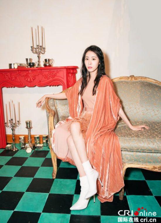张碧晨出席纽约时装周 天鹅绒配羽毛高贵又优雅