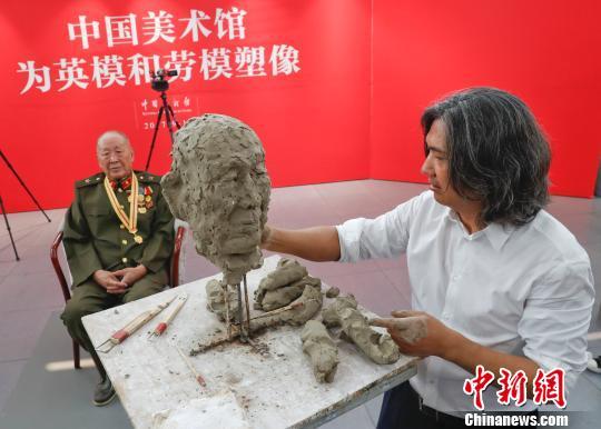 中国美术馆馆长吴为山等为时代楷模塑像