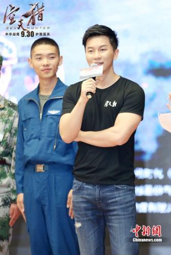 李晨(右)