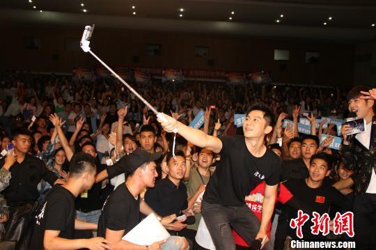 李晨与现场粉丝集体合影。 何浠 摄