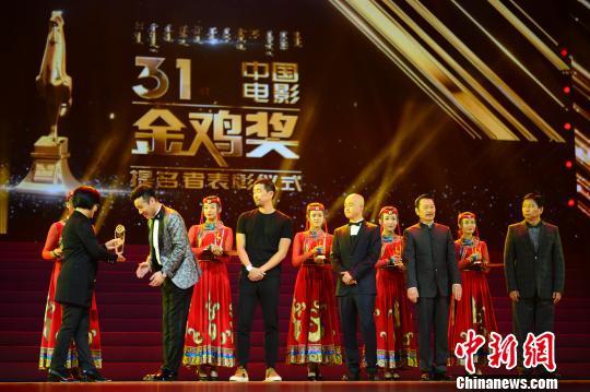 于和伟、王千源、朱亚文(代领)等人,接受中国电影金鸡奖最佳男配角提名者表彰。 刘文华 摄