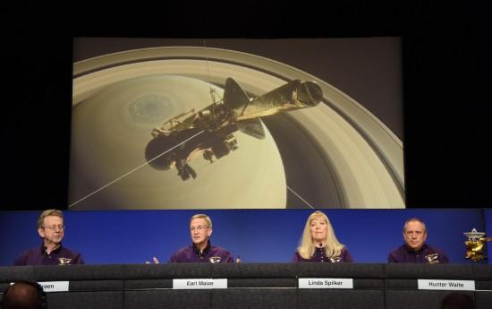"""9月13日,在美国加利福尼亚州帕萨迪纳市,美国航天局喷气推进实验室""""卡西尼""""项目团队成员出席新闻发布会。"""