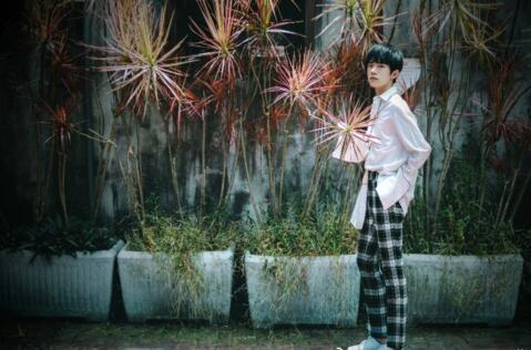 易烊千玺台湾街头拍写真 清新少年展多面魅力