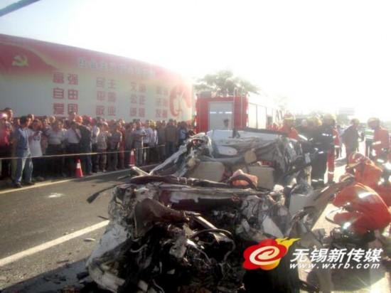无锡江阴:猛烈追尾货车 一轿车司机当场殒命