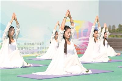 南京高淳水慢城上演千人瑜伽马拉松挑战赛