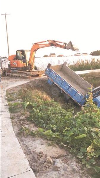 路况处置不当 南通海门小卡车径直开进河道中