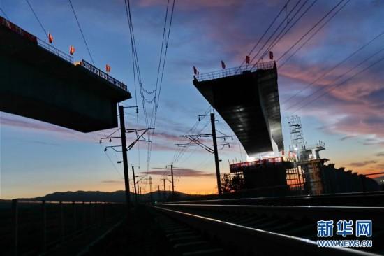 京張高鐵跨大秦線鐵路土木特大橋成功雙轉體
