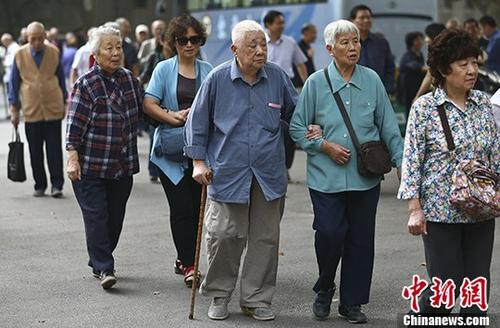 """京城""""老漂族"""":人户分离 随子女进城照料小孩"""