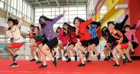日本高中生穿妈妈衣服 扮80年代辣妹跳舞走红