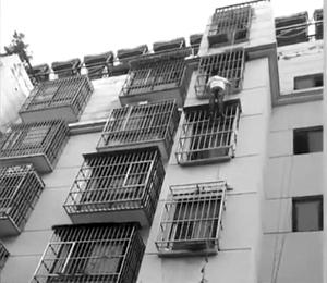 男童挂5楼窗外 徐州小伙徒手爬楼托举20分钟