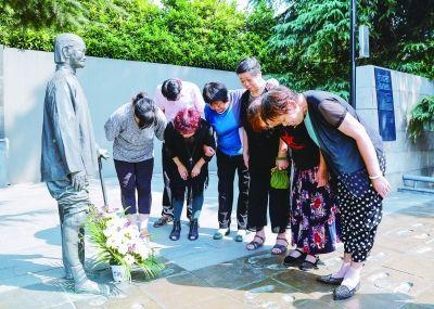 南京大屠杀幸存者家属在江东门纪念馆缅怀亲人
