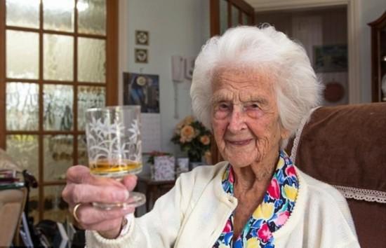 英111岁老人谈长寿秘诀:夜饮小酒心中无忧