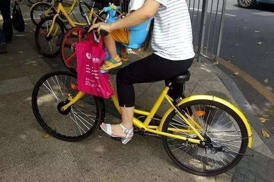 """""""共享单车儿童座椅""""竟暗藏风险!家长们要小心了"""
