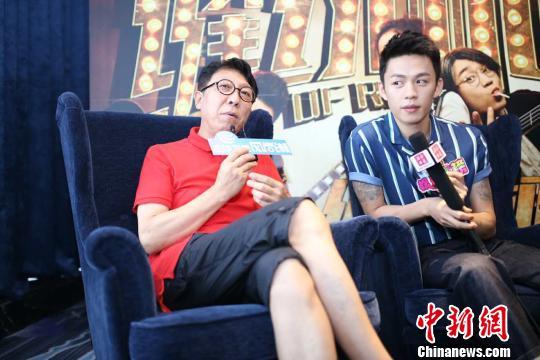 韩童生、李鸿其接受媒体采访。 张茜翼 摄