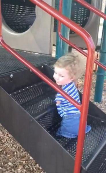 美先天残疾无四肢男童独自爬台阶滑滑梯获赞