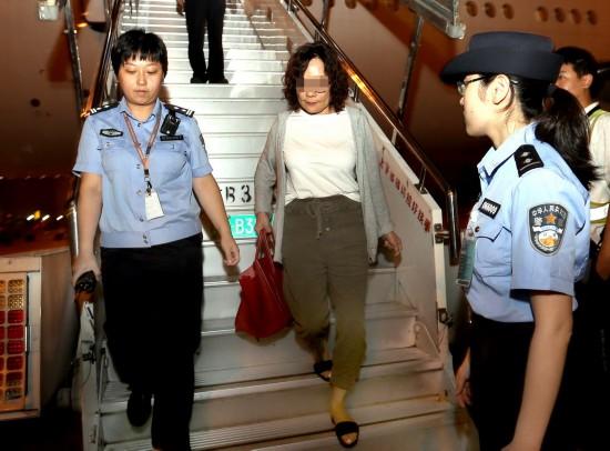 9月19日,警方人员在上海浦东国际机场将逃犯闵某押下飞机。  新华社记者凡军摄