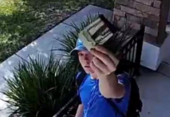 赞!美小伙拾金不昧将信用卡和现金物归原主