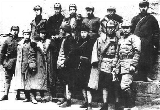 红军长征胜利到达陕北后,贺龙(前排右一)与红二方面军部分领导干部合影。