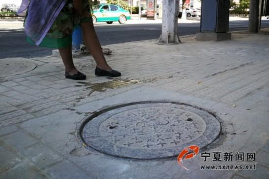 """银川湖滨街有个井盖会""""咬""""人"""