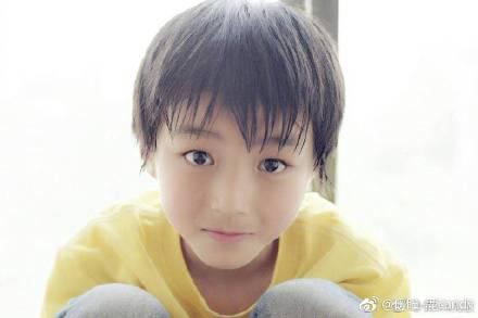王俊凯18岁成人礼 景甜杨幂王源众星争送祝福