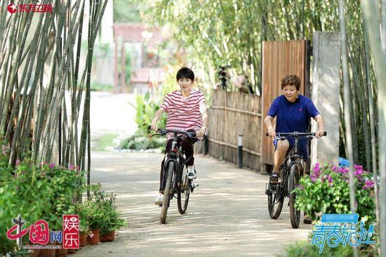 王源与李静一起骑车