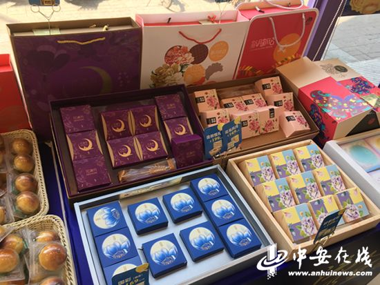 """合家福超市销售的月饼礼盒价格更为多样化,从一百多到七百多都有,""""图片"""