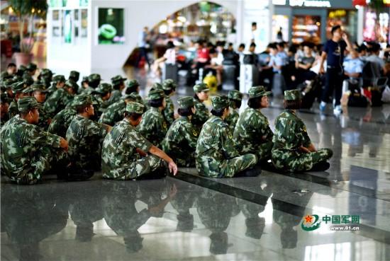 组图:武警官兵坐地上等高铁