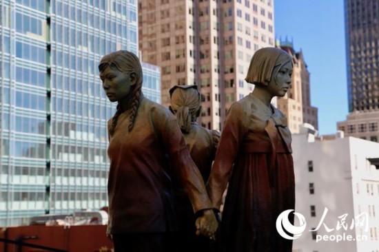 """當地時間9月22日,""""慰安婦""""紀念雕塑在美國舊金山市聖瑪麗廣場揭幕。人民網 張潔嫻 攝"""