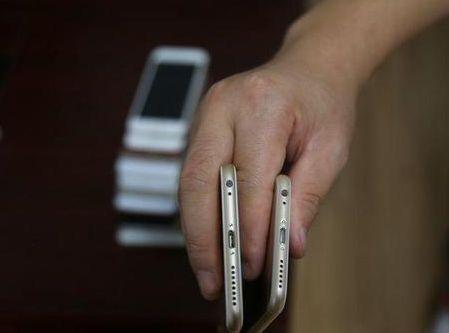学校上课没收手机 结果学生带模具忽悠老师