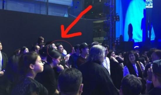 王思聪房祖名同框被拍 站人群中低调看演出