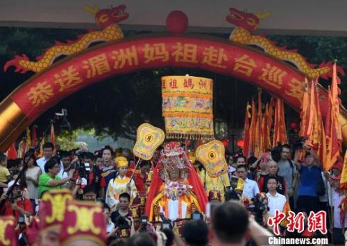 9月23日,福建湄洲妈祖金身起驾赴台绕境巡安。在17天的时间里,妈祖金身将巡安台湾10个县市89个妈祖宫庙。 张斌 摄