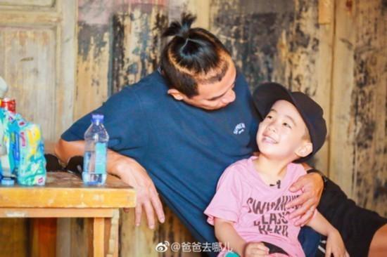 《爸爸去哪儿5》jasper安慰嗯哼 小小春金句:你已经是大人了 不需要找爸爸
