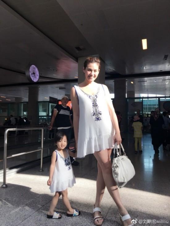 刘�u宏一家高颜值!小泡芙的哥哥妹妹同样软萌可爱