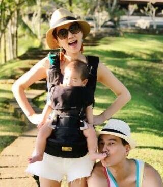Ella晒首次家庭旅行照一家三口十分温馨幸福--山东频道--人民网