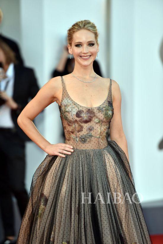 奥斯卡影后詹妮弗・劳伦斯 (Jennifer Lawrence) 佩戴蒂芙尼 (Tiffany & Co.) 珠宝亮相第74届威尼斯国际电影节