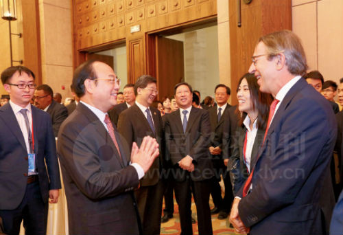 19 人民日报社社长杨振武与出席论坛的各国媒体领袖广泛交流。图为杨振武社长与西班牙埃菲社社长何塞・维拉(右)亲切交谈。