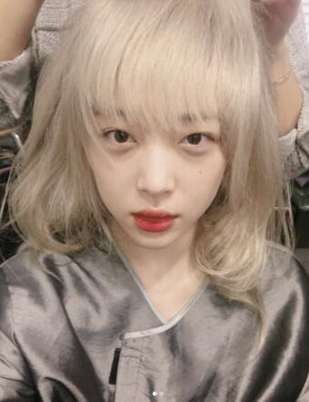 雪莉晒照接连骗网友 金白发和黑色短发美若洋娃娃图片