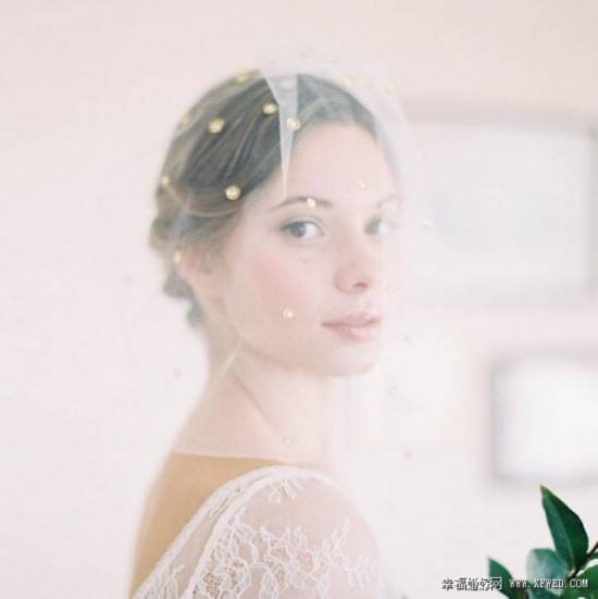 轻便贵族风范 复古短头纱打造个性新娘造型
