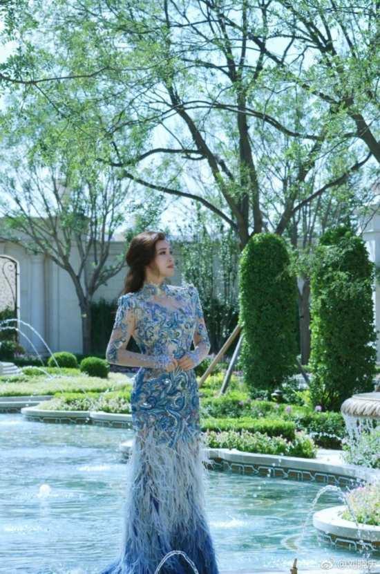 61岁刘晓庆穿孔雀裙似仙女 曼妙身姿贵气十足