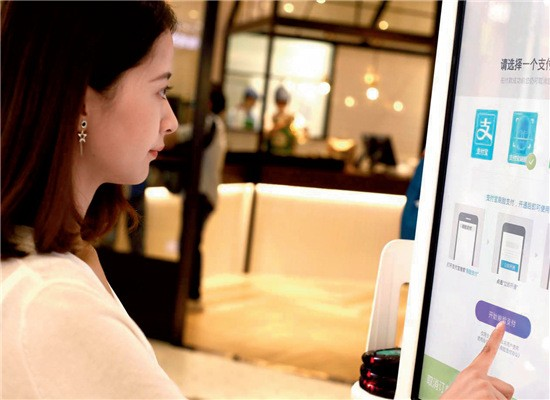 """86-4 在杭州万象城肯德基的KPRO 餐厅:在自助点餐机上选好餐,进入支付页面,选择""""支付宝刷脸付"""",然后进行人脸识别,大约需要1-2 秒,再输入与账号绑定的手机号,确认后即可支付。"""