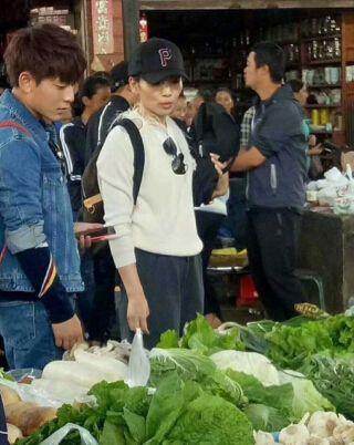 刘涛现身市场买菜 气场强大素颜出镜态度友善引起围观微笑面对