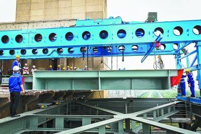 27日南京长江大桥维修架设首块桥面板