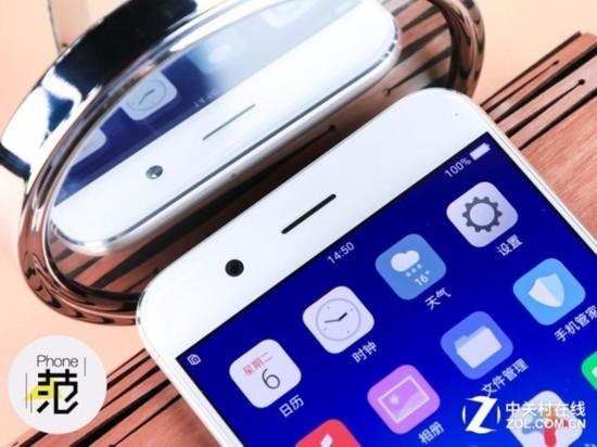 OPPO R11   出现于OPPO R9s上的微缝天线演变成沿着上下边缘延展的曲线,成为近乎隐形的微缝天线2.0,让机身背部更加一体化;天线条只有0.5mm宽,比OPPO R9s更加细腻与精致完整。OPPO R11边框窄至1.6mm,让手机亮屏时刻变得更赏心悦目。同时搭载OPPO自主研发的U型轨喷胶工艺,让屏幕更无界又格外坚韧。   拍照一直是OPPO近年来战略中的重中之重,从定制CMOS,到镜头合作认证,到自有超清画质算法,以及尚未以新品问世的芯片级防抖,硬件上黑科技不断,软件上也有一直有服务于