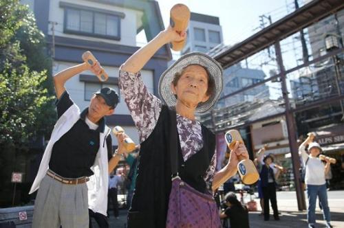 日本人口普查:单人家庭占家庭总数逾三成