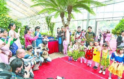 武汉植物园首办 果蔬花艺展 看娃们穿着水果蔬菜走秀
