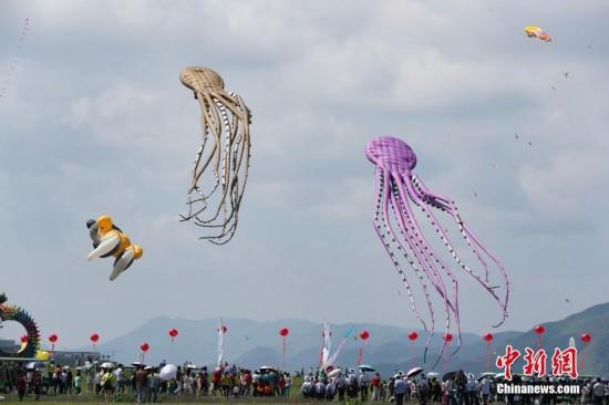 中国30余支风筝队上演蓝天派对