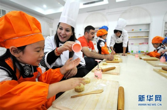 河北邢台:共做月餅迎中秋