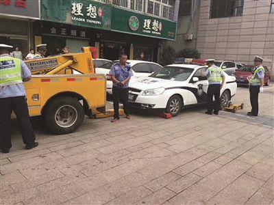 江苏丹阳一警车违停被拖走 司机拒出示驾照